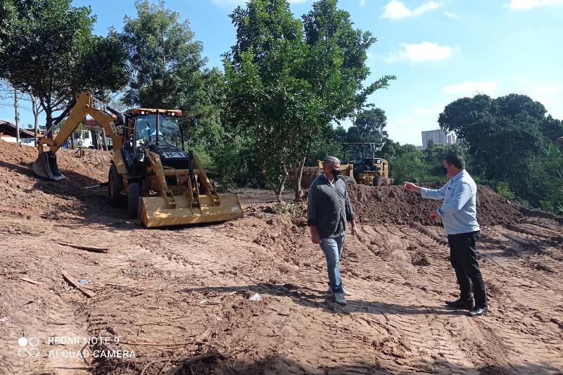 Área verde no Residencial Antônio Brigato é limpa a pedido de Helder do Táxi